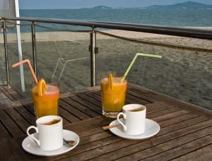 Кафето на брега на морето